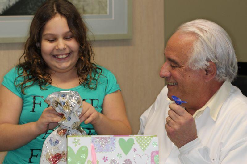 Dr. Fernando motivando os pacientes a deixar o hábito de chupeta, dedo ou roer unhas.